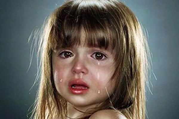 Девчонка плачет