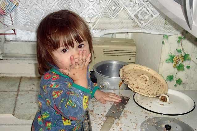 Девочка с аппетитом ест гречку