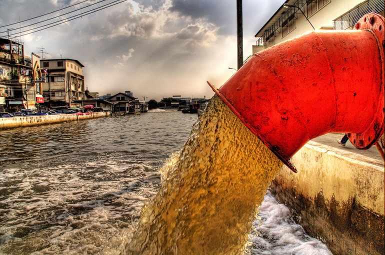 Отходы производства, сбрасывающихся в реки, попадающих в воздух