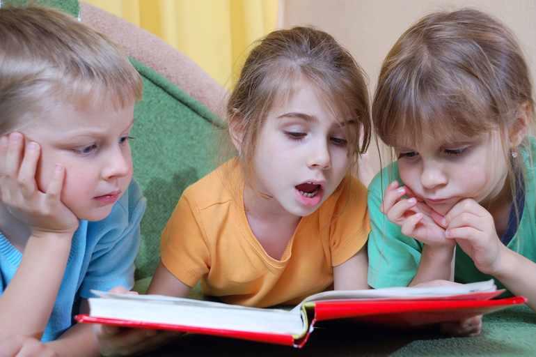 Дети рассматривают картину