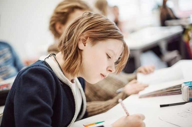 Ученица пишет сочинение