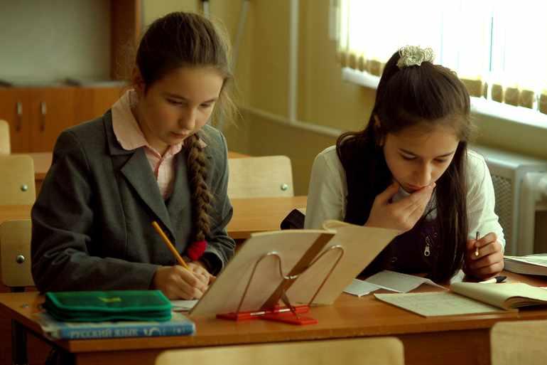 Ученики пишут отрицательные местоимения