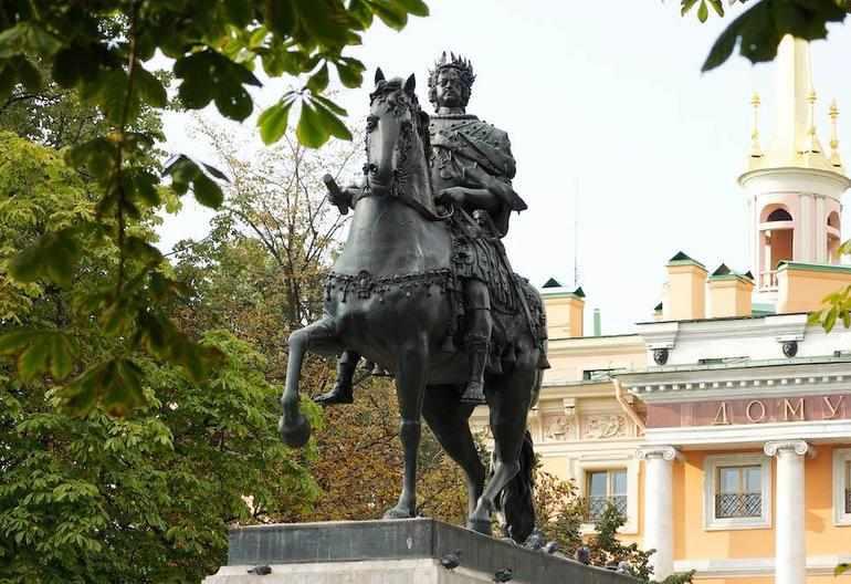 Памятник Петру Первому у Михайловского замка
