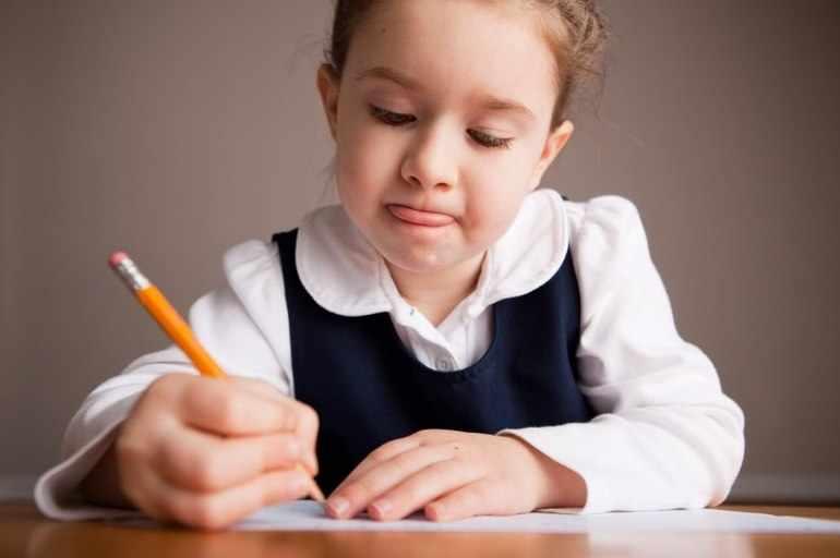 Ребенок пишет сочинение