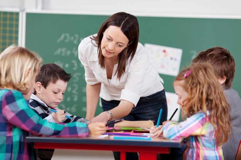 Учитель и ребята обращают внимания и на красочную палитру