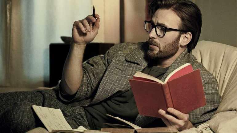 Литератор читает книгу