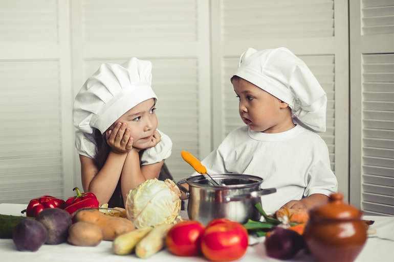 Дети готовят борщ