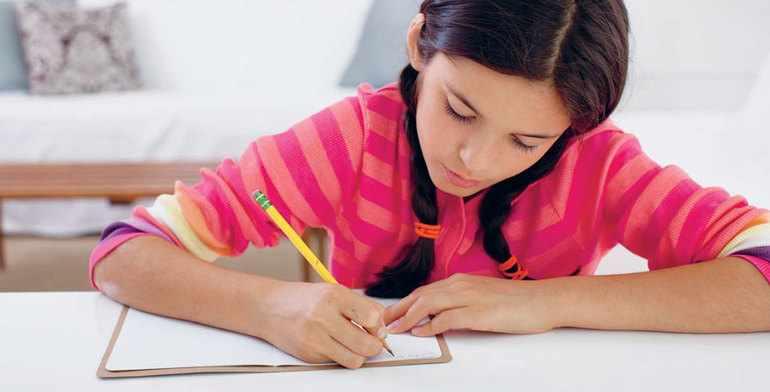 Девочка пишет сочинение