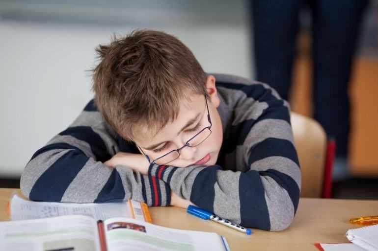 Мишка начинает засыпать даже на уроках
