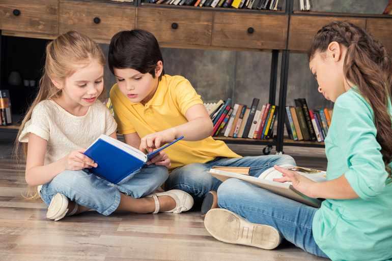Дети читают сказ «Хозяйка Медной горы»