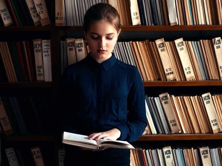 Девушка читает книгу «Кавказ»
