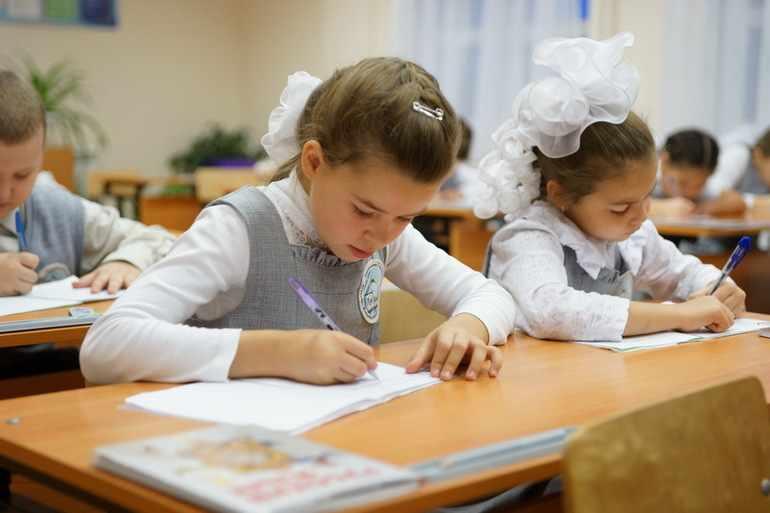 Ученики пишут предложение