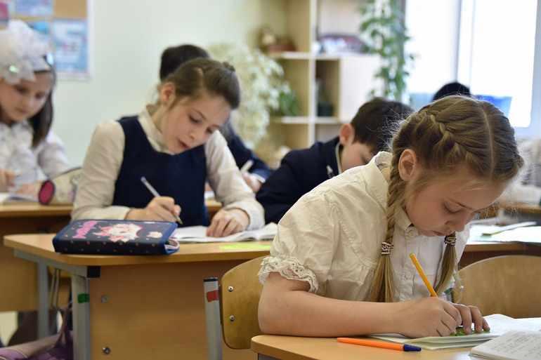 Дети пишут сочинение