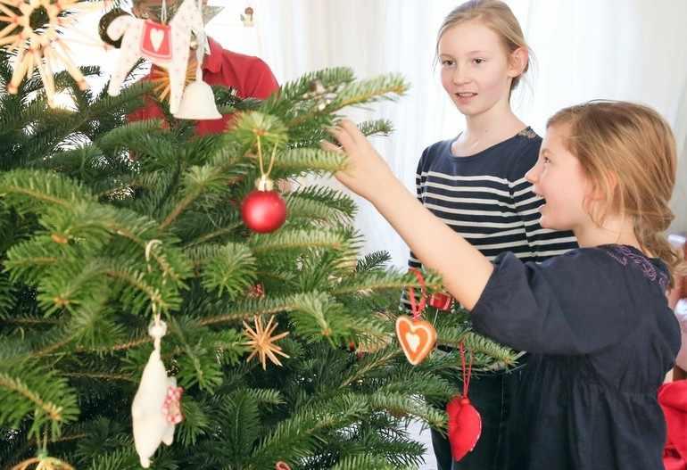 Дети в комнате с елкой