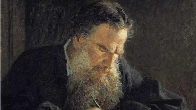 Толстой писал роман «Война и мир»