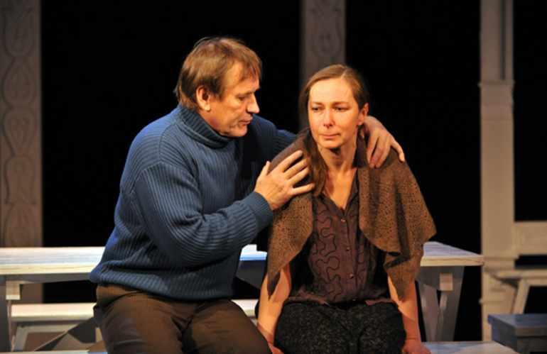 Два главных героя — работник колхоза Кузьма и его жена Мария