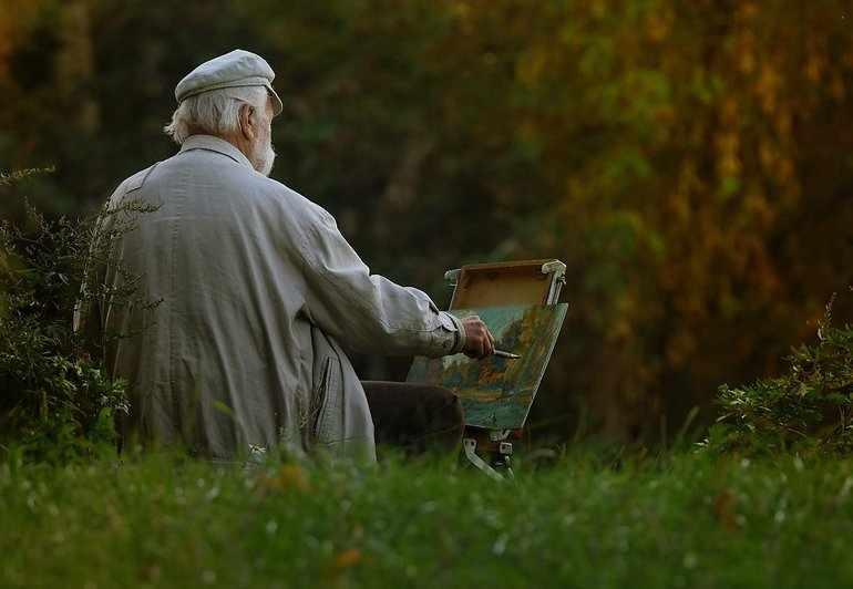 Художник рисует прекрасную картинку летней природы