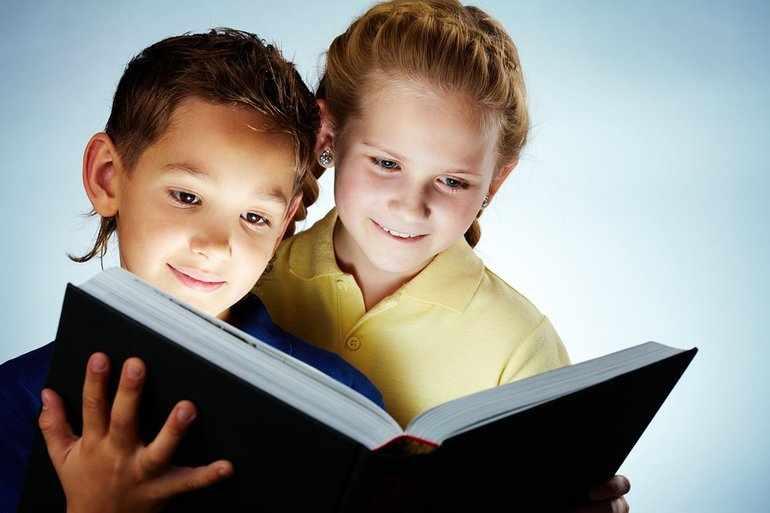 Дети читают сказку «Дюймовочка»